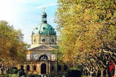 La iglesia de la catedral con los árboles se cierra cerca Fotos de archivo