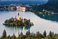 La iglesia de la suposición en el lago sangró, Eslovenia Foto de archivo libre de regalías