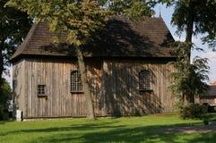 La iglesia de madera del Tum del pueblo, verano polaco fotografía de archivo