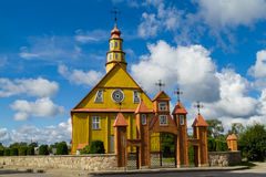 La iglesia de madera vieja en Varniai Imagen de archivo