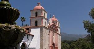 La iglesia de la misión en Santa Barbara metrajes