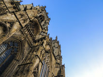 La iglesia de monasterio de York contra un cielo azul Fotos de archivo libres de regalías