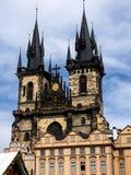 La iglesia de nuestra se?ora antes de que Tyn sea una caracter?stica dominante de la ciudad vieja de Praga, Rep?blica Checa, imagenes de archivo