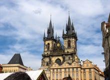 La iglesia de nuestra se?ora antes de que Tyn sea una caracter?stica dominante de la ciudad vieja de Praga, Rep?blica Checa, imagen de archivo libre de regalías