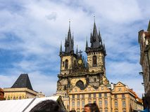 La iglesia de nuestra se?ora antes de que Tyn sea una caracter?stica dominante de la ciudad vieja de Praga, Rep?blica Checa, fotos de archivo libres de regalías