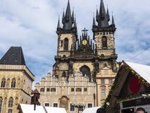 La iglesia de nuestra se?ora antes de que Tyn sea una caracter?stica dominante de la ciudad vieja de Praga, Rep?blica Checa, fotos de archivo