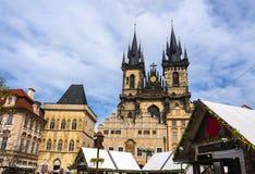 La iglesia de nuestra se?ora antes de que Tyn sea una caracter?stica dominante de la ciudad vieja de Praga, Rep?blica Checa, fotografía de archivo