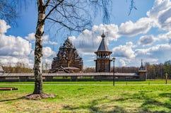 La iglesia de Pokrovskaya y el bellfry detrás del árbol de abedul en el día de Pascua Fotografía de archivo