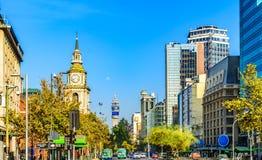 La iglesia de San Francisco, el iand de la torre de la TV abajo los strets de la ciudad en Santiago, Chile Foto de archivo