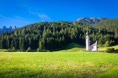 La iglesia de San Giovanni en la región de Dolomiti - Italia Fotos de archivo libres de regalías