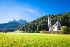 La iglesia de San Giovanni en la región de Dolomiti - Italia Fotografía de archivo