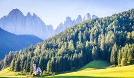 La iglesia de San Giovanni en la región de Dolomiti - Italia Foto de archivo libre de regalías