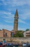 La iglesia de San Martín en Burano Imagen de archivo libre de regalías