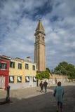 La iglesia de San Martín en Burano Fotos de archivo