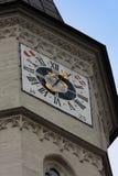 La iglesia de San Miguel, Viena, con símbolos del reloj de la torre y del austra Fotos de archivo