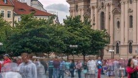 La iglesia de San Nicolás detrás del timelapse de los árboles en Praga, República Checa almacen de metraje de vídeo