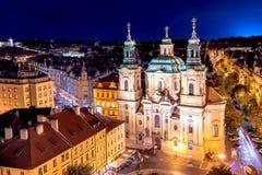 La iglesia de San Nicolás en la ciudad vieja de Praga Visión desde ayuntamiento viejo en la noche República Checa fotos de archivo libres de regalías