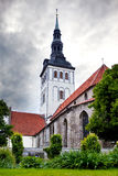 La iglesia de San Nicolás (Niguliste) y casas antiguas Ciudad vieja, Tallinn, Estonia foto de archivo