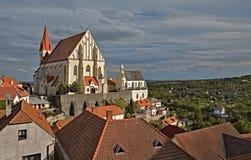 La iglesia de San Nicolás y de la capilla de St Vaclav en la ciudad Znojmo Imagen de archivo libre de regalías