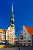 La iglesia de San Pedro en la ciudad vieja de Riga, Letonia Fotografía de archivo libre de regalías