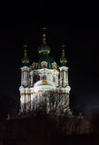 La iglesia de St Andrew en la noche en Kiev, Ucrania Imágenes de archivo libres de regalías
