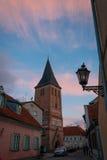La iglesia de St John en Tartu en el crepúsculo del verano con el cielo hermoso Fotos de archivo libres de regalías