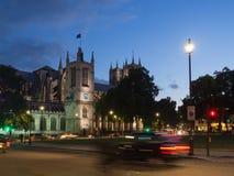 La iglesia de St Margaret con la abadía de Westminster en el fondo en el cuadrado del parlamento, Londres iluminado todo en la os Fotos de archivo