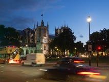 La iglesia de St Margaret con la abadía de Westminster en el fondo en el cuadrado del parlamento, Londres iluminado todo en la os Imagen de archivo libre de regalías