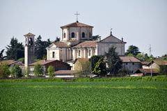 La iglesia de un pequeño pueblo del lombardo en el campo - Italia Imagenes de archivo
