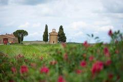 La iglesia de Vitaleta Paisaje de Val d ?Orcia en primavera Colinas de Toscana Val d ?Orcia, Siena, Toscana, Italia - mayo de 201 fotos de archivo