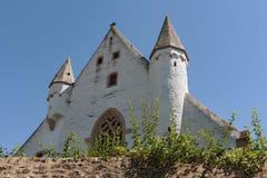 La iglesia del castillo con la pared medieval de la ciudad en ciudad del ingelheim del ober rheinhessen Renania Palatinado Aleman fotografía de archivo libre de regalías