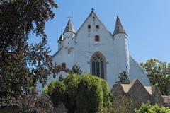 La iglesia del castillo con la pared medieval de la ciudad en ciudad del ingelheim del ober rheinhessen Renania Palatinado Aleman fotos de archivo libres de regalías