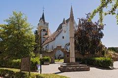 La iglesia del castillo con la pared medieval de la ciudad en ciudad del ingelheim del ober rheinhessen Renania Palatinado Aleman foto de archivo