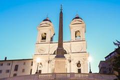 La iglesia del dei Monti de Trinita en la noche, Roma, Italia Foto de archivo libre de regalías