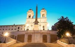 La iglesia del dei Monti de Trinita y de pasos españoles en la noche, Roma, Italia Fotos de archivo