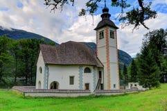 La iglesia del Espíritu Santo en el lago Bohinj, Eslovenia Fotos de archivo libres de regalías