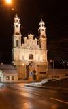 La iglesia del misionario en la ciudad vieja de Vilna, Lituania imagenes de archivo