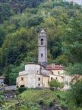 La iglesia del pueblo de montaña de Cardoso Stazzema en Alta Versilia Fotos de archivo libres de regalías