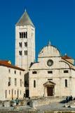 La iglesia del romanesque en la ciudad vieja de Zadar fotos de archivo