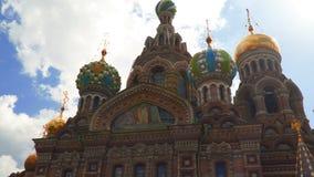 La iglesia del salvador en sangre está contra el cielo con las nubes St Petersburg almacen de video