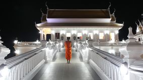 La iglesia derecha del budista del exterior de Vipassana del monje budista imágenes de archivo libres de regalías