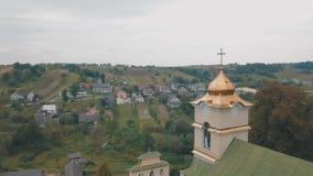 La iglesia en el pueblo viejo Visión desde la tapa Panorama Tiro aéreo almacen de metraje de vídeo