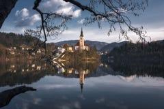 La iglesia en la isla sangrada en Eslovenia fotos de archivo