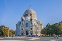 La iglesia en nombre de Nicholas, arzobispo de Myra en Lycia, en Kronstadt, región de Leningrad, Federación Rusa fotos de archivo