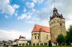 La iglesia evangélica del pueblo de Saschiz, Rumania fotos de archivo libres de regalías