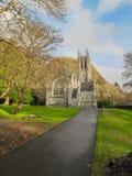 La iglesia gótica en la abadía de Kylemore Imágenes de archivo libres de regalías