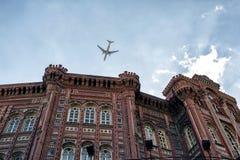La iglesia histórica y un vuelo acepillan en Estambul Fotos de archivo libres de regalías