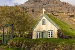La iglesia islandesa tradicional enterró la tierra Fotografía de archivo