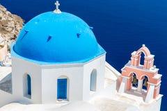 La iglesia más famosa en la isla de Santorini, Creta, Grecia. Campanario y cúpulas de la iglesia griega ortodoxa clásica Foto de archivo libre de regalías