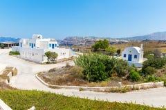 La iglesia más famosa en la isla de Santorini, Creta, Grecia. Campanario y cúpulas de la iglesia griega ortodoxa clásica Fotografía de archivo libre de regalías